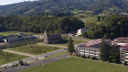 La iglesia hoy desacralizada y el magnolio es lo único que queda en pie del colegio original