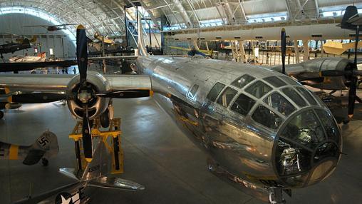 «El Enola Gay» (avión que lanzó la primera bomba) en el Museo Nacional del Aire y el Espacio, Estados Unidos.
