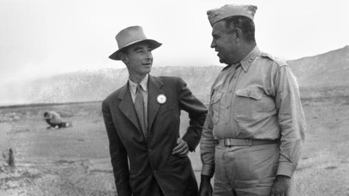 J. Robert Oppenheimer y Leslie Groves en los restos de la prueba Trinity en septiembre de 1945.