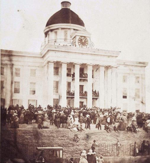 Jefferson Davis es juramentado como presidente de los estados confederados de América el 18 de febrero de 1861, en los pasos del capitolio del estado de Alabama.