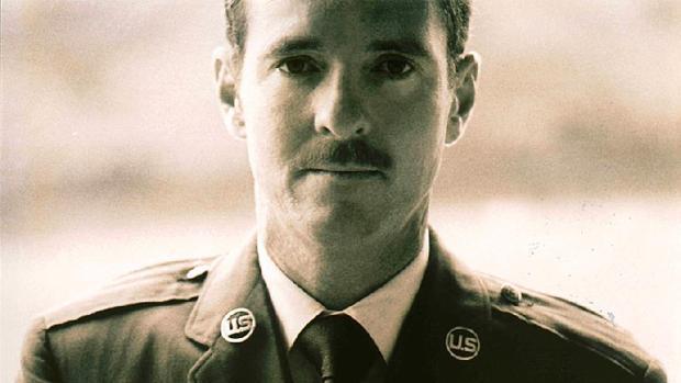 Leonard Matlovich, ldefensor de los derechos de los homosexuales, ataviado con su uniforme