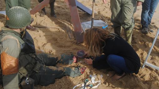Ruth Álvarez maquillando a un soldado «sin piernas»