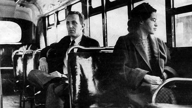 Rosa Parks, en un autobus de Montgomery (Alabama), en 1955