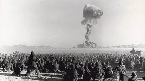 Prueba nuclear en noviembre de 1951 en el emplazamiento de pruebas nucleares de Nevada, las tropas están a pocos kilómetros