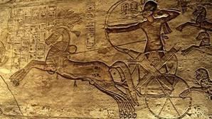 El divino Ramsés II acabando con el enemigo hitita