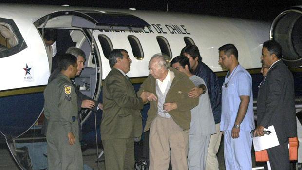 Paul Schafer es ayudado a subir a un avión de la Fuerza Aérea de Chile el 13 de marzo del 2005