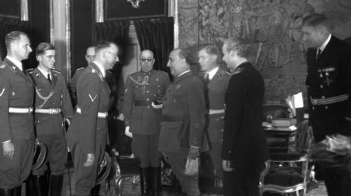 Peiper, detrás de Himmler duranta la visita a España