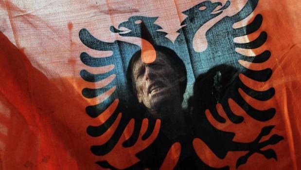 Fotografía de archivo de un albanés de Kosovo durante una manifestación en Pristina