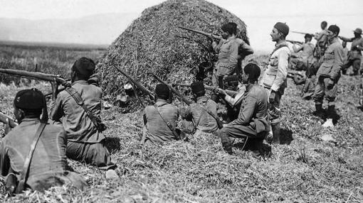 Los regulares persiguiendo a los rebeldes en Melilla, en 1915