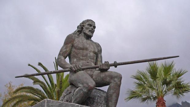 Estatua de Inma Serrano ubicada en Adeje que representa al mencey Tinerfe el Grande.