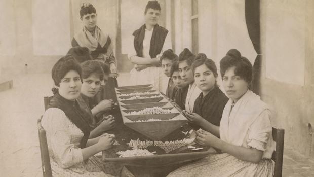 Un grupo de cigarreras, en la Fábrica de Tabacos de Sevilla, en 1926