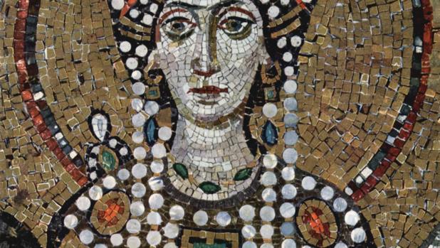 Mosaico de Teodora, representada en color púrpura como símbolo de la realeza