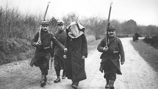 Un sospechoso de espionaje es conducido a través de las líneas francesas, durante la Primera Guerra Mundial