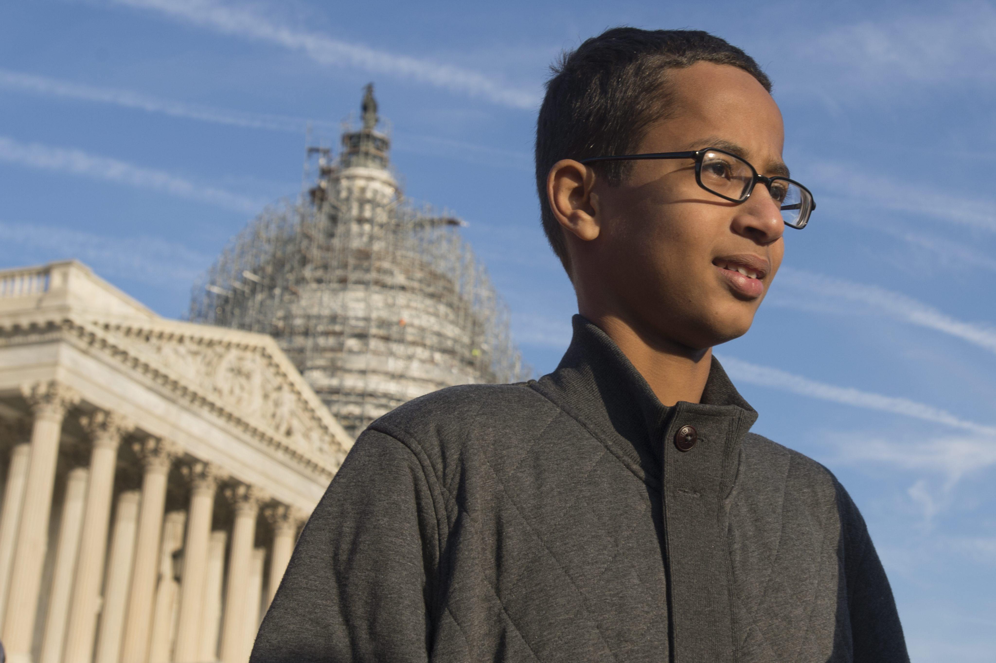El niño detenido en Texas por llevar a la escuela un reloj casero que fue detenido con una bomba se muda a Qatar