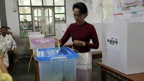 Aung San Suu Kyi confirma su histórica mayoría en Birmania y no necesitará coalición para gobernar