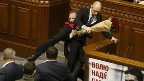 Un diputado trata de sacar por la fuerza del estrado al primer ministro en el Parlamento de Ucrania
