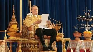 Un tailandés podría enfrentarse a 37 años de cárcel por burlarse del perro del rey