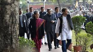 Los Gandhi, líderes de la oposición india, en libertad bajo fianza por un caso de corrupción