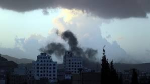 Irán acusa a Arabia Saudí de atacar con misiles su embajada en la capital de Yemen