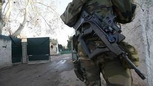 Un militar francés custodia la entrada de una escuela judía en Marsella