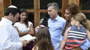 El presidente Macri con su esposa, su hija y las hijas de Nisman durante la lectura de una oración por el fiscal