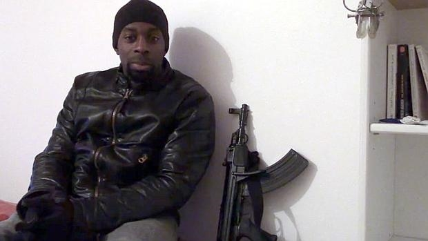 Amedy Coulibali, uno de los últimos asesinos yihadistas que han golpeado Francia, en una imagen difundida en las redes sociales extremistas