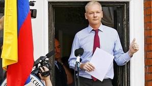 Julian Assange durante una declaración pública desde el balcón de la Embajada de Ecuador en Londres