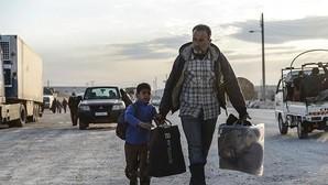 Refugiados sirios que huyen de los bombardeos en Alepo