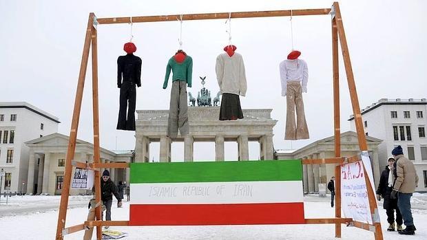 Ahorcamientos ficticios en Berlín para denunciar las ejecuciones en Irán