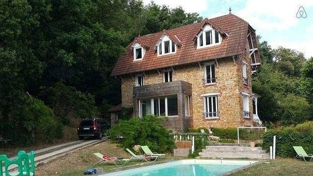 Alquilan en Airbnb una casa en Francia para celebrar una fiesta y se encuentra un cadáver en descomposición