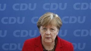 El batacazo en las regionales alienta las voces contra la política de Merkel con los refugiados