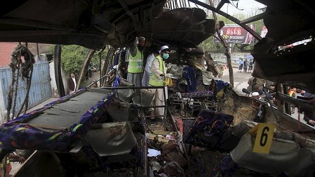 La Policía y los servicios de rescate en el lugar del atentado