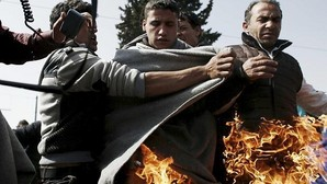 Un refugiado se quema a lo bonzo en el campamento griego de Idomeni