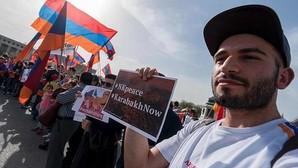 Azerbaiyanos y armenios karabajíes acuerdan un alto el fuego