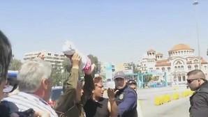 Un refugiado amenaza con lanzar su bebé contra los guardacostas griegos durante una protesta