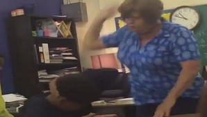 Una profesora pega repetidamente a un alumno y le llama «¡tonto del culo!» delante de toda la clase