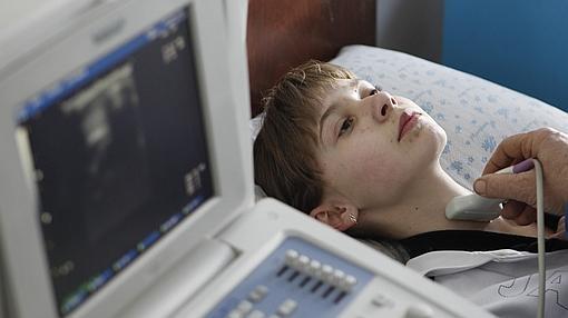 Una chica es analizada en busca de cáncer de tiroides en la aldea de Ukrainka, a 100 kilómetros de Kiev