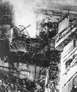 Fotografía tomada horas después de la explosión. Los vapores liberan al aire elevadas dosis de partiículas radiactivas