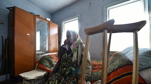 Maria Urupa , una de las personas residentes en la zona de exclusión, en el interior de su espartana casa