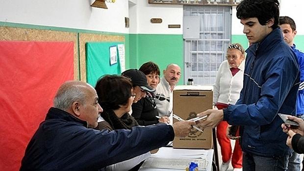 Un joven vota en Argentina