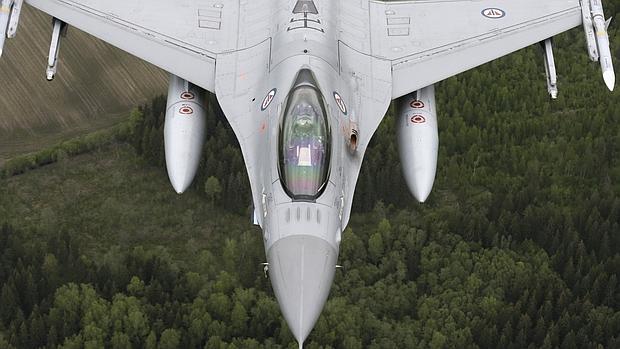 Cazabombardero F-16, similar a los que participaron en el ataque, en unos ejercicios de la OTAN sobre Lituania
