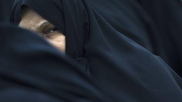 Una mujer con velo en Teherán