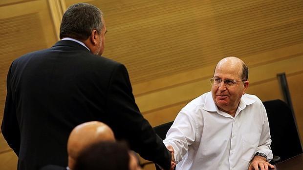 Moshe Yaalon (d) saluda a Avigdor Lieberman en una reunión en el Parlamento israelí