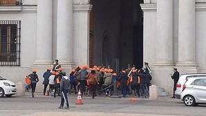 Estudiantes irrumpen en el palacio presidencial de Chile para protestar contra la reforma educativa