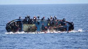 La imagen que capta el momento en que una barcaza de inmigrantes vuelca frente a las costas de Libia