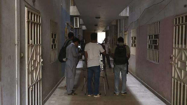 Varios periodistas trabajan en la casa donde fue asesinado el mulá Mansur