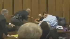 Un hombre se lanza hacia el asesino de su hija al verle sonreír en el juicio