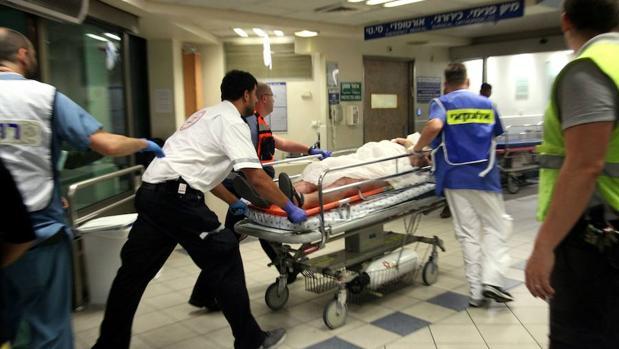 Un herido durante el atentado en Tel Aviv lle ga al hospital
