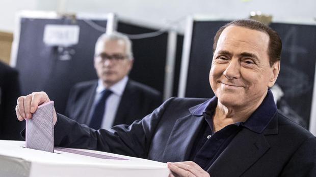 Silvio Berlusconi vota durante las elecciones municipales en Roma, apenas tres días antes de su hospitalización