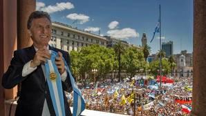 Macri pierde popularidad pero sigue aprobando entre más de la mitad de los argentinos